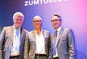 Congratulations on 45 years of loyalty to the company. From left: Alfred Felder (CEO Zumtobel Group), Honouree Norbert Winter and Bernard Motzko (COO Zumtobel Group).
